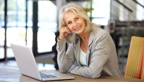 Woman over 50 in front of a laptop